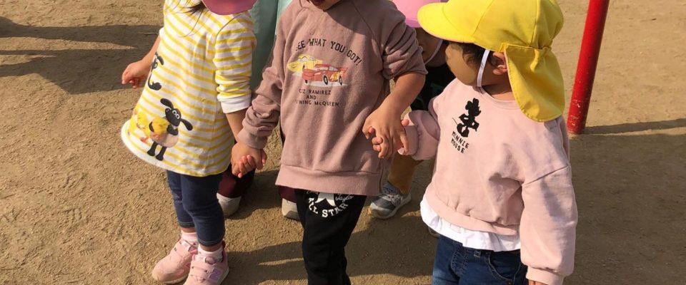 もりぐみ(2歳児)とかぜぐみ(1歳児)手をつないで公園から帰ってきます️保育園内はワンフロアなので、クラスの垣根を越えて活動することも多々あります。お兄さんに手を繋いでもらったら、歩くのもますます楽しくなる…かも??#おさんぽ #公園 #舞多聞西 #舞多聞そらの保育園 #株式会社サンウッド #舞多聞100年の杜 #神戸市保育園 #垂水区 #小規模保育園
